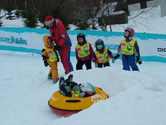 Děti si mohou zařádit i na nafukovacích duších při tzv. snowtubbingu | © FIS SnowKidz Park Špindlerův Mlýn